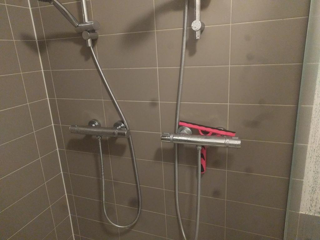 Badkamer lekkage badkamer ontwerp idee n voor uw huis samen met meubels die het - Opsporen ontwerp ...
