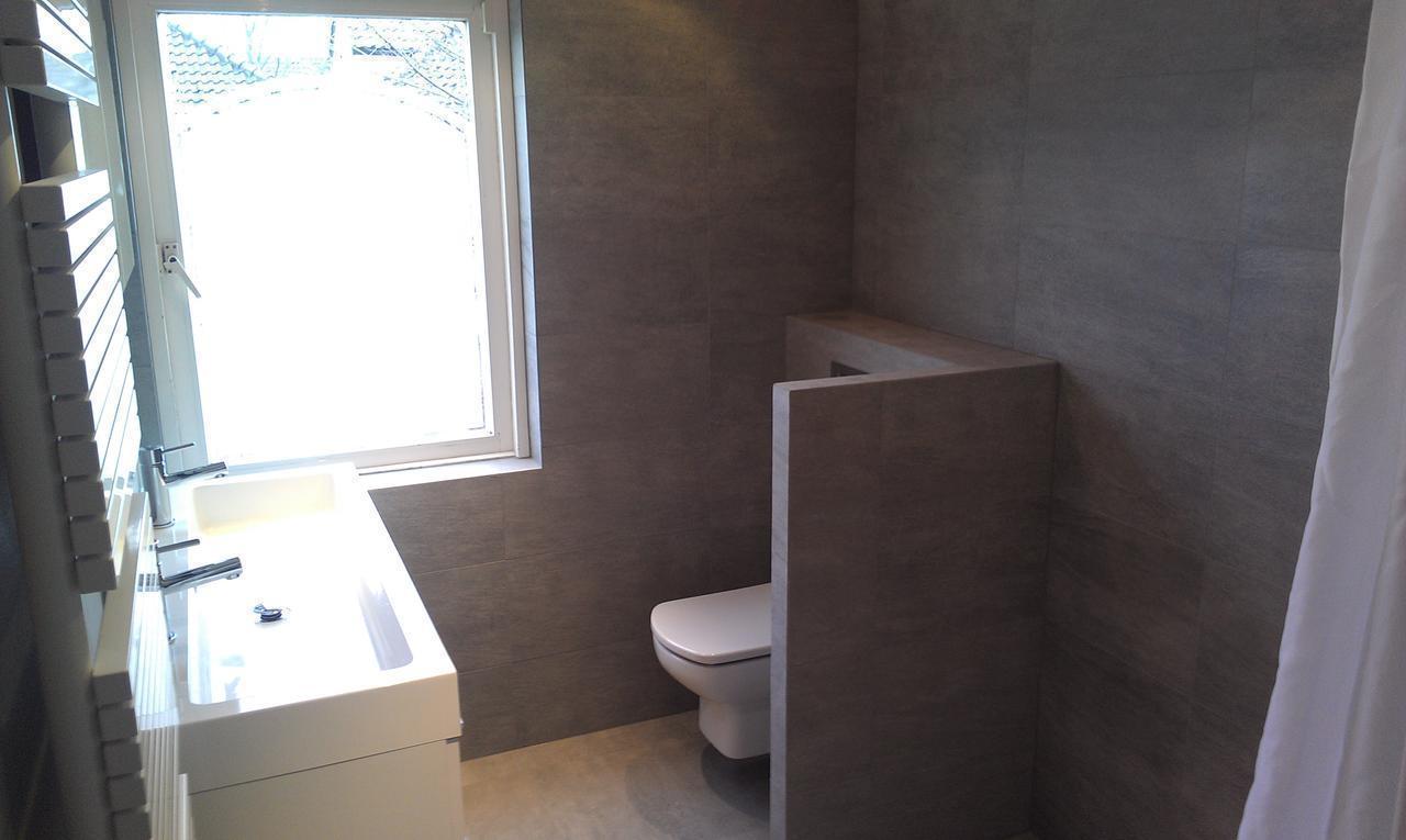 Badkamer wit met grijs badkamer grijs klein en strak toilet in wit televisie - Deco toilet grijs en wit ...